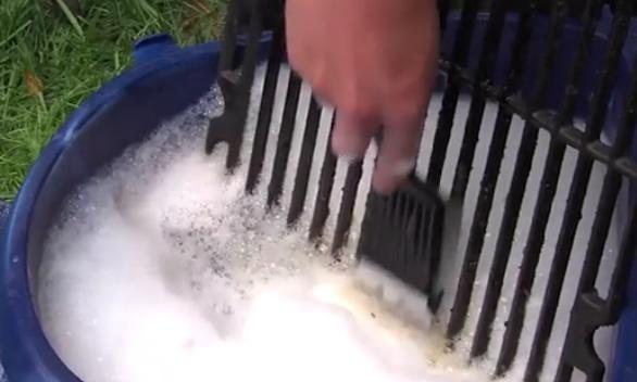 čištění mřížky plynového grilu
